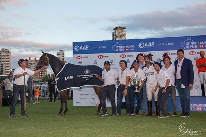 Federico Virasoro criador de caballos, entrega premio en el Campo Argentino de Polo